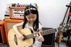 Thần đồng guitar 6 tuổi cố tránh xa thị phi, không muốn vào showbiz