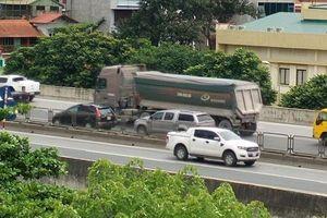 Xe tải 'đại náo' nhiều tuyến đường Hà Nội