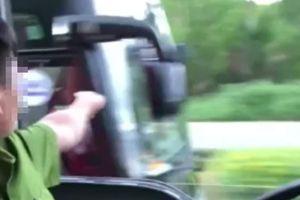 Quảng Ngãi: Tước bằng lái 2 tháng với tài xế chở công nhân 'ngáng đường' xe chữa cháy