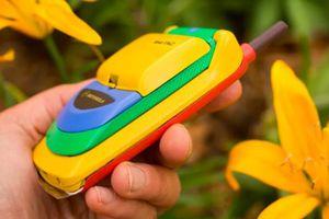 Phì cười trước chiếc điện thoại nắp gập đầu tiên của thế giới