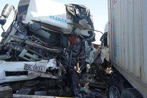 Xe tải tông trực diện container, 1 người chết, đầu 2 xe biến dạng
