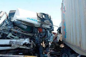 Va chạm mạnh với xe container, 3 người thương vong