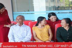 Trao tặng 18 dãy ghế chờ cho Bệnh viện Phục hồi chức năng Hà Tĩnh