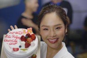 Nửa đêm vẫn miệt mài làm việc, Miu Lê bất ngờ được ekip mừng sinh nhật với biệt hiệu 'không đụng hàng'