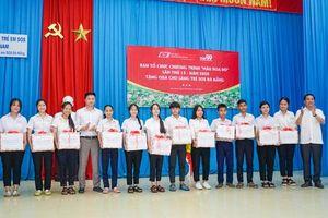 Chương trình 'Màu hoa đỏ' tri ân các gia đình chính sách tại Quảng Nam và trao quà cho làng trẻ em SOS Đà Nẵng