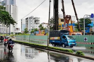 Chậm sửa đường Nguyễn Hữu Cảnh, nhà thầu phải thuê bơm khủng