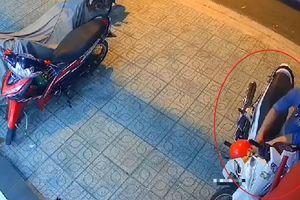 Trộm đánh cắp xe máy trong 15 giây ở TP.HCM