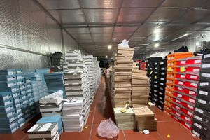 Bắt kho hàng lậu 10.000 m2 bán online trên Facebook