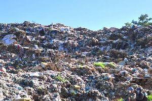 Núi rác Cam Ly lại đổ ập xuống thung lũng tràn vào vườn hoa