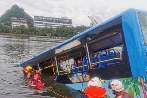 Xe buýt lao qua 5 làn, đâm xuống hồ làm 21 người chết ở Trung Quốc