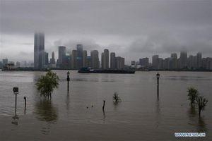 Cảnh thành phố Vũ Hán 'chìm trong biển nước' vì mưa lũ