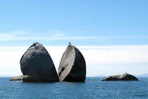 Khối đá có vết cắt bí ẩn, hình quả táo tách đôi