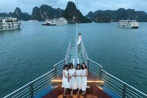 Nhiều dịch vụ được ưu đãi, du khách 'nườm nượp' đổ về Vịnh Hạ Long nghỉ dưỡng