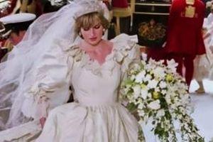 Vì sao cô dâu hoàng gia Anh thường có 2 bó hoa giống nhau trong ngày cưới?