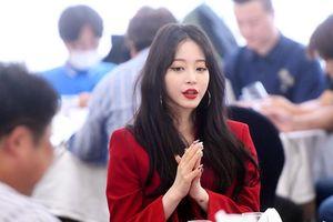 Lộ diện sau tin đồn nhiễm Covid-19, 'chị chảnh' Han Ye Seul đẹp ma mị tại 'Giải thưởng báo chí 2020'