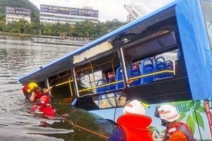 Xe bus chở học sinh lao xuống hồ, gần 40 người thương vong