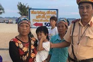 Công an Hạ Long giúp nhiều cháu bé đi tắm biển bị lạc