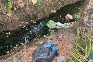 Nắng nóng, bãi rác tự phát ở Hà Nội bốc mùi hôi thối, dân bức xúc