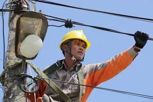 Thợ điện nhọc nhằn dưới trời nắng gay gắt