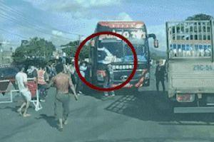CLIP: Đánh người điều tiết giao thông, nhân viên xe khách bị 'phản đòn' trốn lên xe đóng chặt cửa