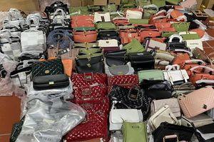 Đột kích kho chứa hàng nhập lậu tại Lào Cai