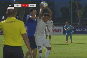Cầu thủ hạng Nhất sút bóng thẳng vào người thầy cũ; Arteta chỉ đạo học trò bằng 3 ngoại ngữ