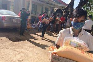 Tặng trên 300 suất quà giúp dân làng bị cách ly do bệnh bạch hầu