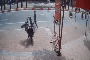 Clip: Quay đầu xe chạy trốn cảnh sát trật tự, hai nam thanh niên nhận lại cái kết 'cực nhọ'