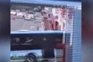 Khoảnh khắc xe bus chở thí sinh thi đại học lao xuống hồ ở Trung Quốc, ít nhất 21 người chết
