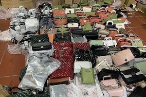 Tấn công kho hàng lậu hơn 10.000m2 chuyên bán trên facebook
