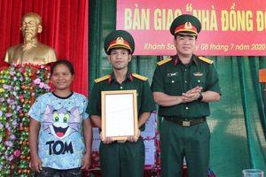 Trao tặng nhà đồng đội cho Thượng úy Bo Bo Hồng Ngân