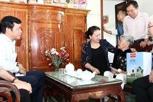 Chủ tịch Quốc hội thăm, tặng quà gia đình chính sách ở Bình Phước