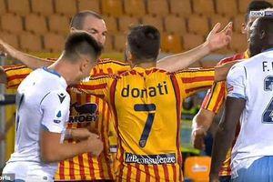 'Học' Luis Suarez, cầu thủ Lazio cắn đối phương trong trận đấu Serie A