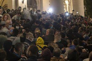 Người biểu tình xông vào trụ sở Quốc hội Serbia