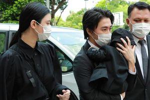 Hề Mộng Dao đưa con trai đến tang lễ 'vua sòng bạc' Hà Hồng Sân