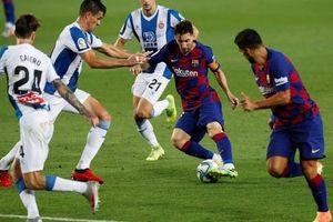 'Thần đồng' nhận thẻ đỏ, Barcelona thắng chật vật derby Catalan