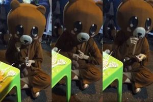 Nàng 'gấu' bán kẹo bị trêu chọc quá đáng khiến dân mạng phẫn nộ