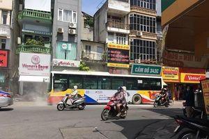 Xe buýt 'xì khói' giữa phố Hà Nội gây hoảng sợ do bị bó phanh