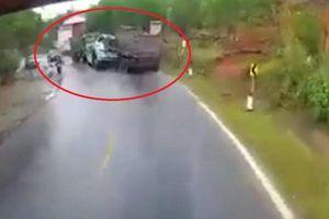 Clip: Xe cứu hộ biến dạng sau khi bị xe tải 'húc' trực diện