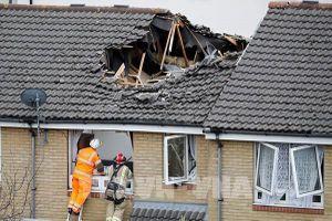 Anh: Cần cẩu sập vào nhà dân làm nhiều người thương vong