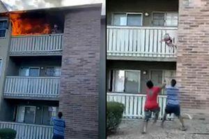 Kịch tính giây phút nam thanh niên đỡ bé trai rơi từ tầng 3 ngôi nhà đang cháy ngùn ngụt