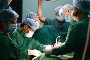 Người phụ nữ 'đeo' khối u khổng lồ ở cổ suốt 30 năm
