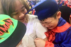 Học sinh cuối cấp tiểu học níu tay mẹ òa khóc tại lễ trưởng thành
