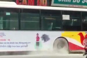 Lý giải xe buýt Hà Nội xì khói bất thường khi đang lưu thông giữa phố đông