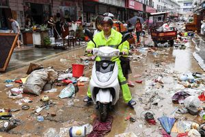 24h qua ảnh: Đường phố ở Trung Quốc ngập rác sau mưa lũ