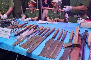 Dân 'chợ đầu mối' đem vũ khí đi đổi gạo