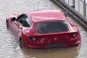 Siêu xe Ferrari FF nằm lại ở vùng nước ngập tại London