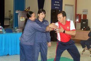 Nữ công nhân vệ sinh học võ để tự vệ