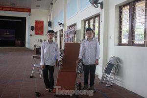 Học sinh chế tạo xe lăn chuyển bệnh nhân