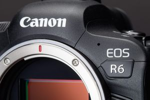 Canon thách thức Sony A7 với máy ảnh EOS R6
